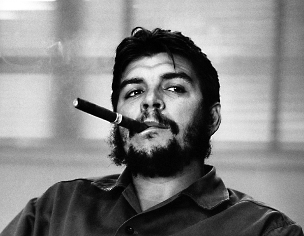 Che smoking a cigar